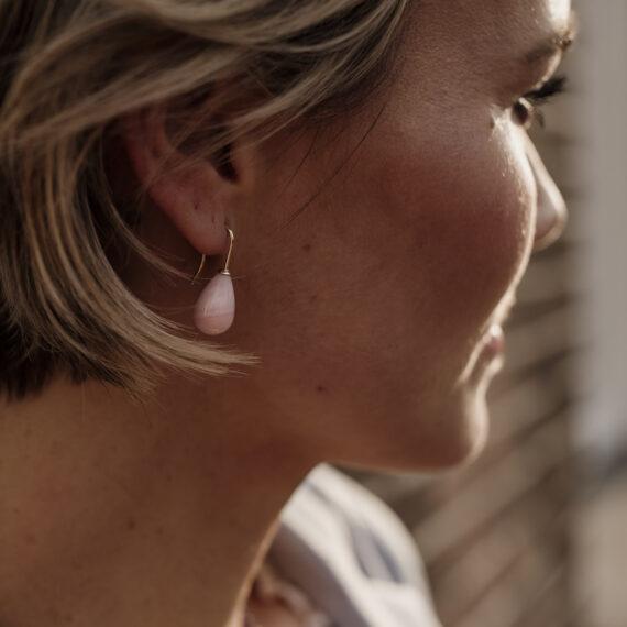 Roze opaal oorbellen, geelgouden haak